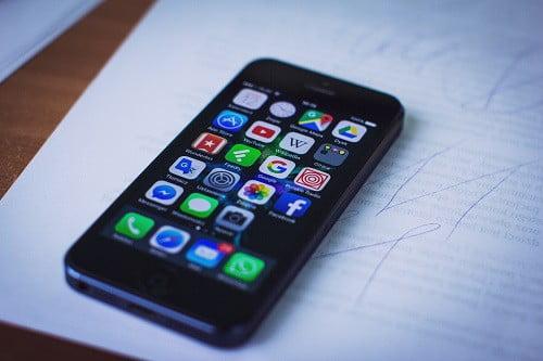 de mobiele telefoon van de dakdekker